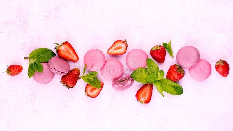 Красочные macaroons с свежей клубникой стоковое фото rf
