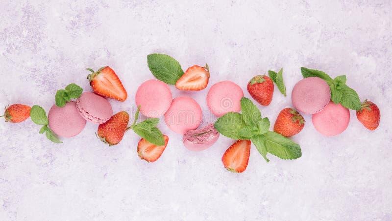 Красочные macaroons с свежей клубникой стоковые фотографии rf