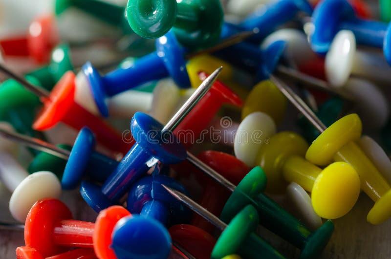 Красочные pushpins на таблице стоковая фотография