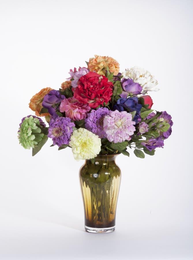 Красочные Silk Zinnias, гвоздики, и глубоко - пинк Роза в Амбере g стоковое изображение