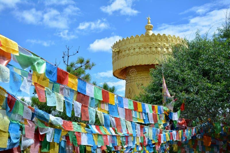 Красочные tibetian флаги и самое большое буддийское колесо в мире стоковое фото