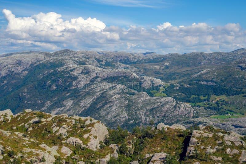 Красочный ландшафт лета в горах Норвегии стоковое изображение