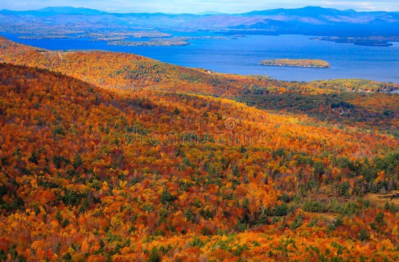 Красочный ландшафт осени с видом на озеро стоковые фотографии rf
