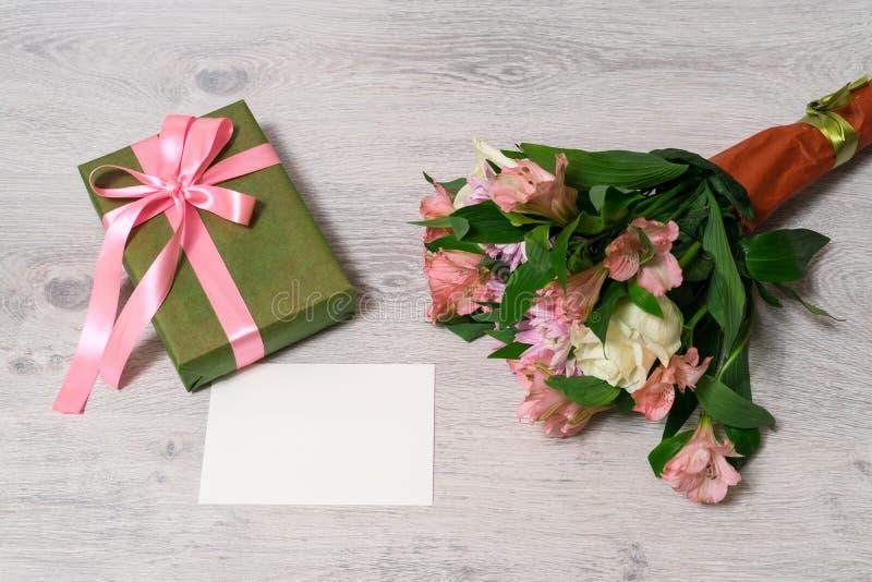 Красочный букет весны розы, хризантемы и alstroemeria стоковые изображения rf