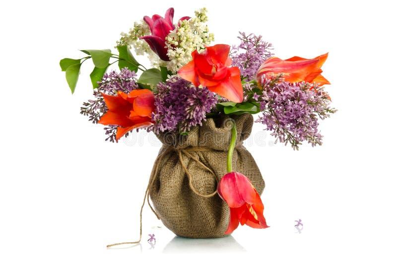 Красочный букет тюльпанов и ветвей сирени стоковые изображения rf