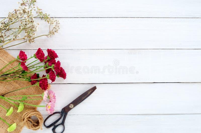 Красочный букет цветков на белой деревянной предпосылке стоковое фото