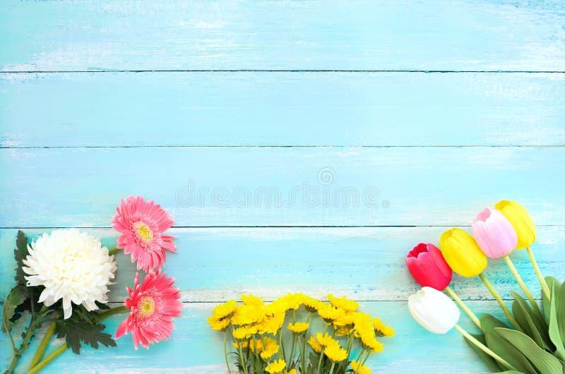 Красочный букет цветков на голубой деревянной предпосылке стоковые фотографии rf