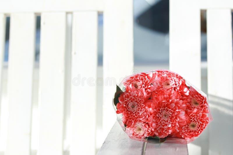 Красочный букет цветков розы пинка остатки комбинации на whi стоковое фото rf
