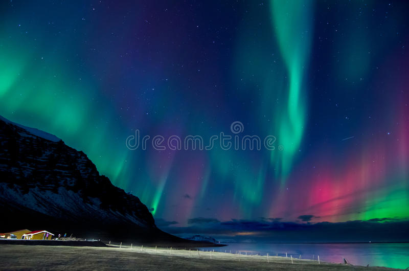 Красочный взрыв северного сияния в Исландии стоковые изображения rf