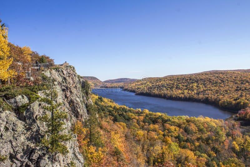 Красочный вид на озеро стоковые фото