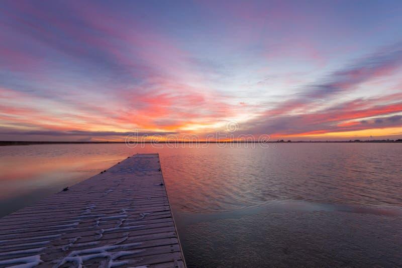 Красочный восход солнца Колорадо на резервуаре Lon Hagler в Loveland Co стоковая фотография rf