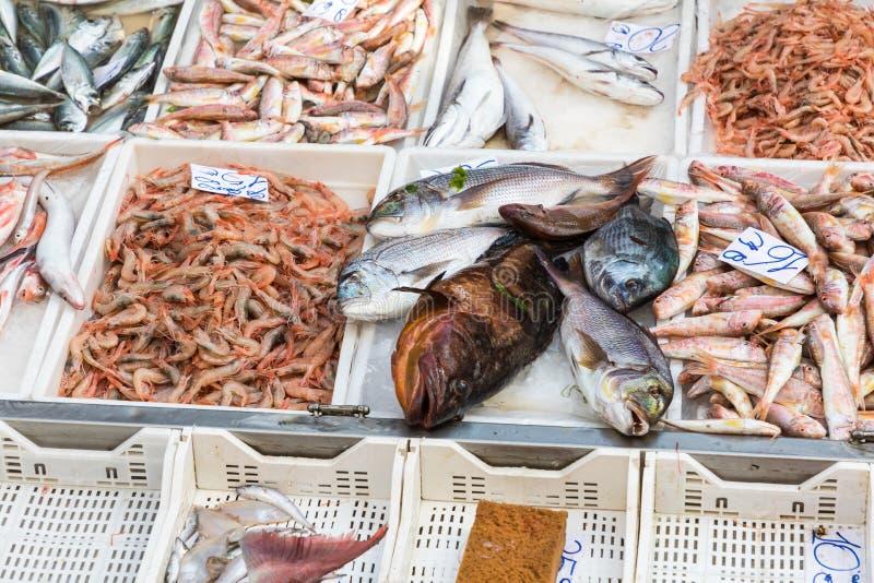Красочный выбор рыб на рынке в Палермо, Сицилии, Италии стоковые фото
