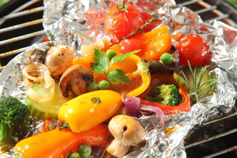 Красочный выбор свежих зажаренных в духовке овощей стоковые изображения