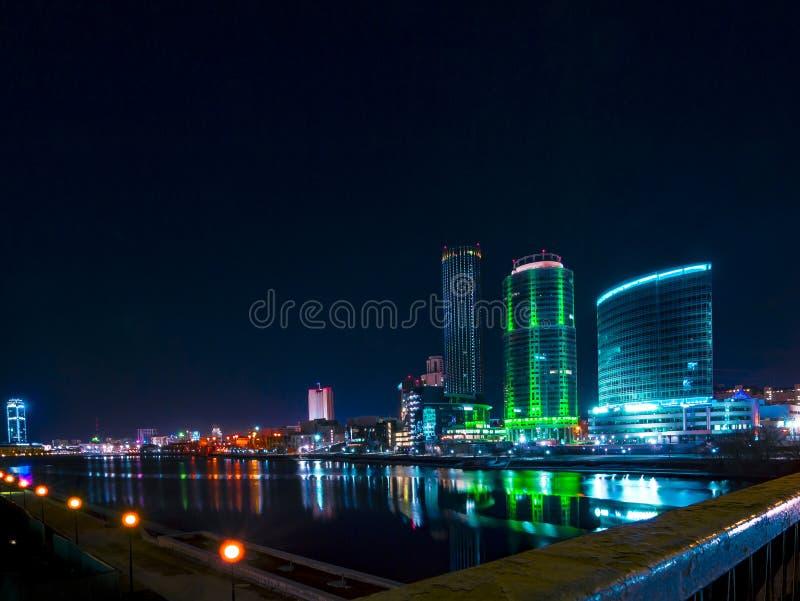 Красочный городской пейзаж Екатеринбурга вечером отражая в воде стоковое фото