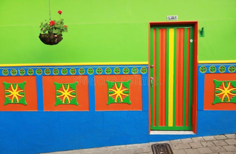Красочный дом в колумбийской деревне стоковое фото rf
