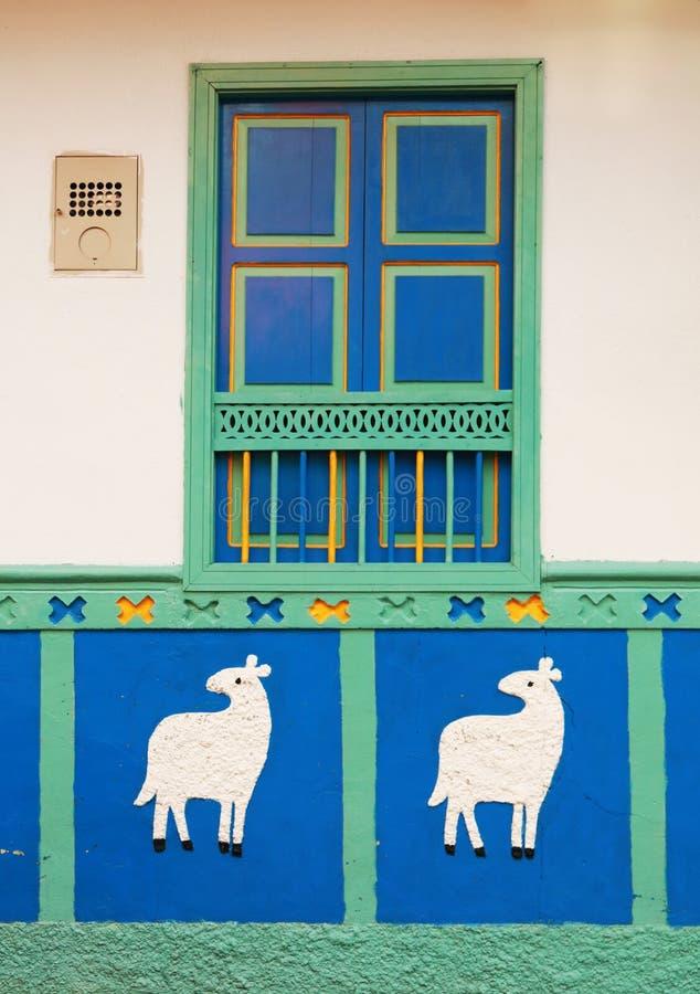 Красочный дом в колумбийской деревне стоковые фотографии rf