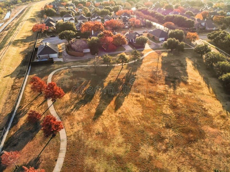 Красочный жилой район с яркими листьями осени около Даллас, взгляд сверху стороны парка стоковые изображения
