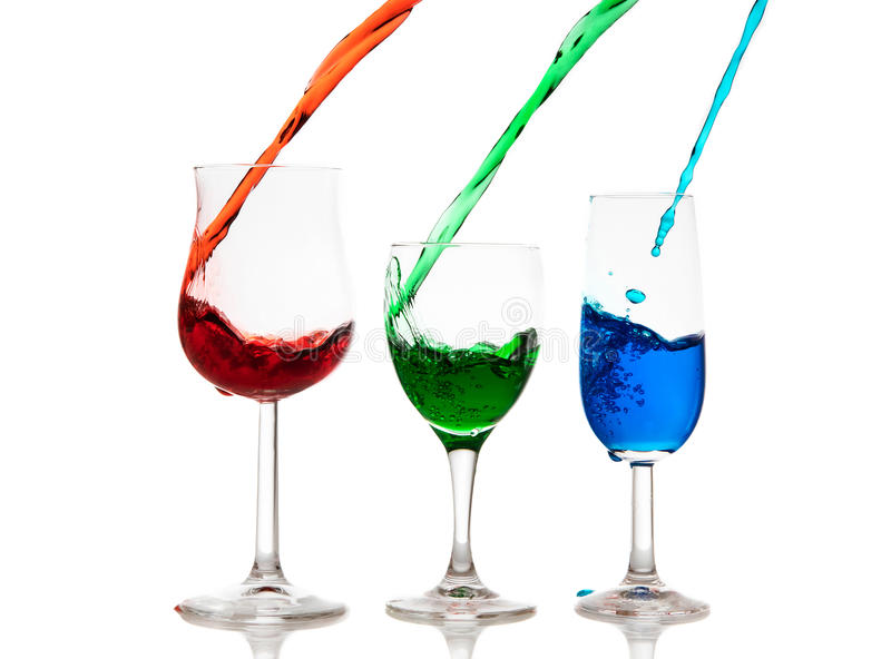 Красочный жидкостный лить в стекла стоковое фото
