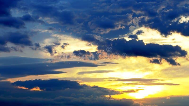 Красочный заход солнца в изумляя природа и ландшафты стоковые фото