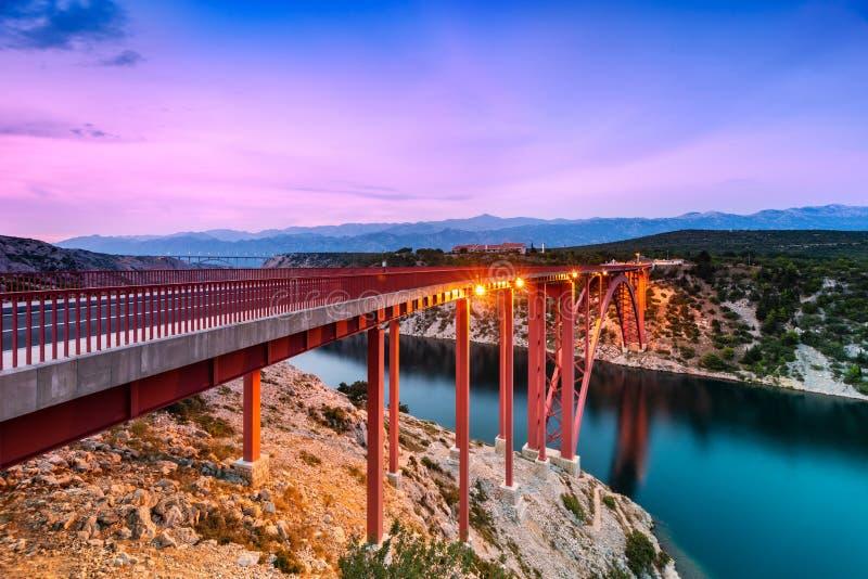 Красочный заход солнца за мостом Maslenica в Далмации, Хорватии стоковые изображения rf