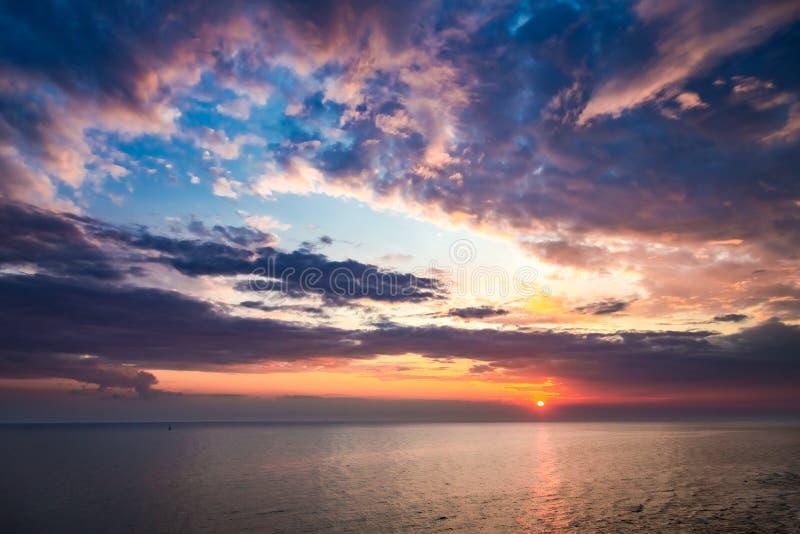 Красочный заход солнца над штилем на море в лете с лучем солнца стоковое изображение rf