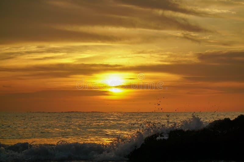 Красочный заход солнца пляжа океана с немного облаков стоковые фотографии rf