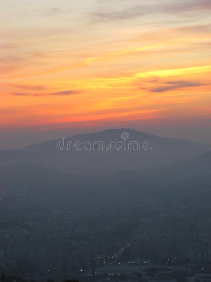 Красочный заход солнца и город в темноте, БРАГА, ПОРТУГАЛИЯ стоковые фото