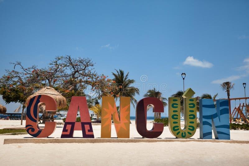 Красочный знак Cancun на песчаном пляже Мексики стоковое изображение rf