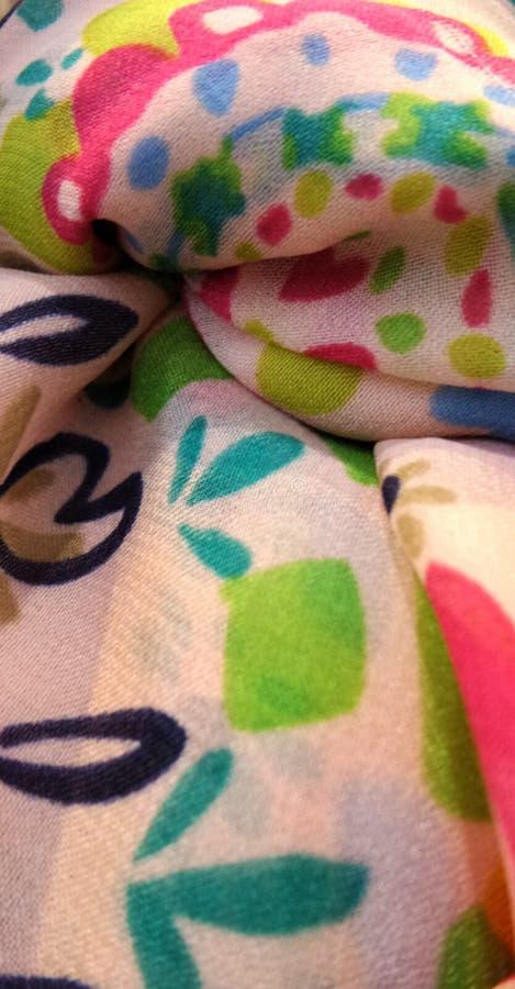 Красочный дизайн на мягком узле шарфа стоковая фотография