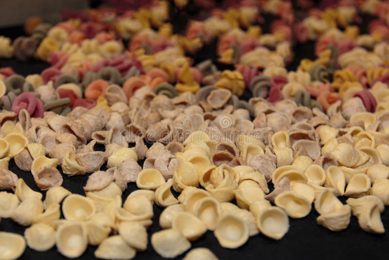 Красочный итальянский сырой ассортимент макаронных изделий на таблице стоковые фото