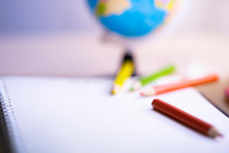 Красочный карандаш на тетради стоковые фото