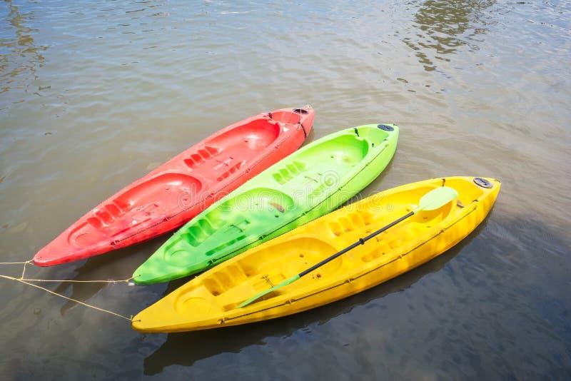 Красочный каяк на озере стоковая фотография rf