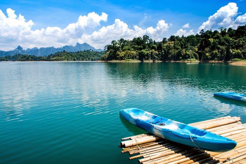 Красочный каяк на озере стоковое фото