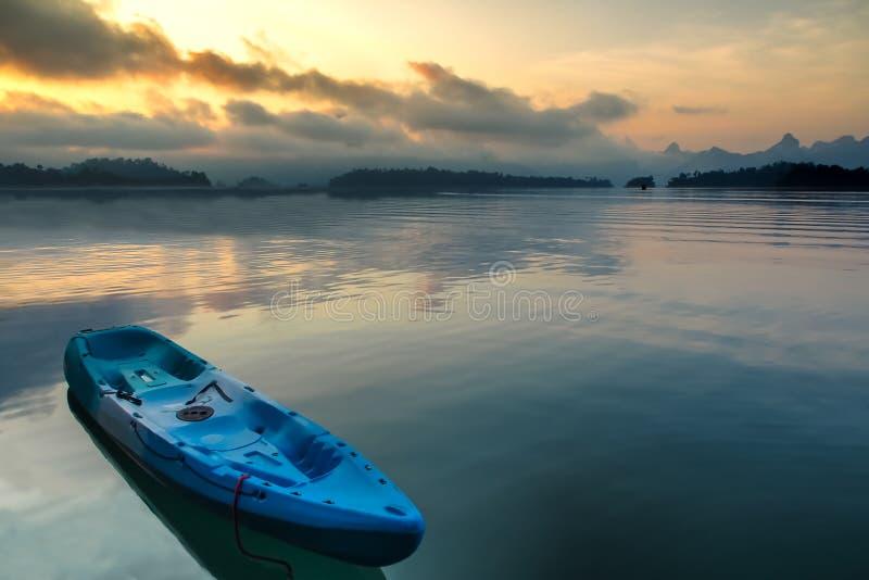 Красочный каяк на озере стоковое изображение rf