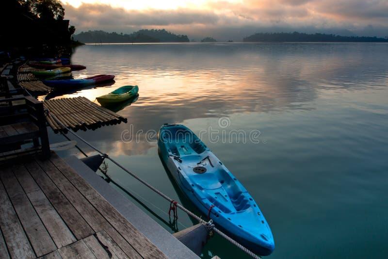 Красочный каяк на озере стоковое изображение