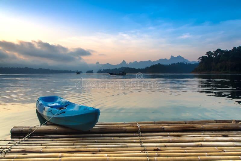 Красочный каяк на озере стоковое фото rf