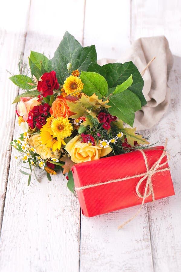 Красочный красивый букет весны или лета цветков с красным цветом стоковые изображения rf