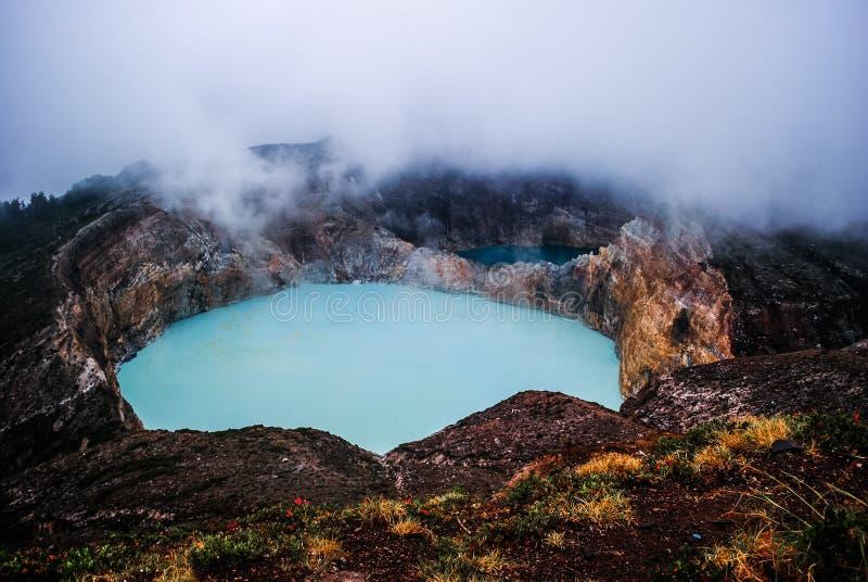 Красочный кратер вулкана Kelimutu стоковые изображения