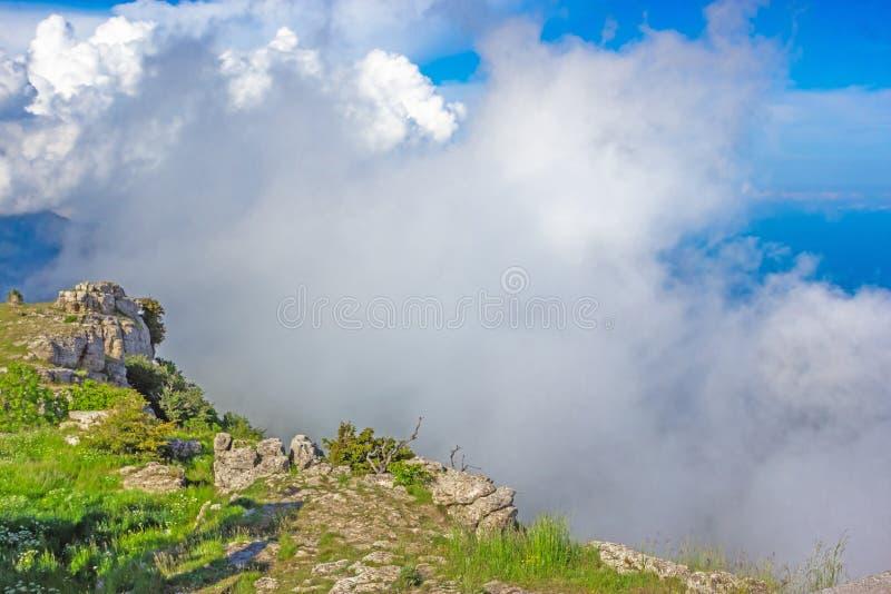 Красочный ландшафт лета в горах, под голубым небом с белыми облаками стоковое фото rf