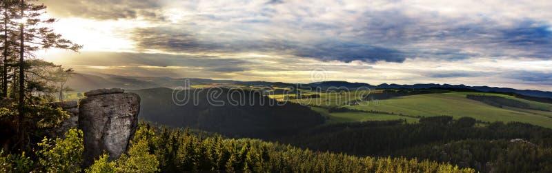Красочный ландшафт лета с утесами песчаника, Богемии стоковое изображение rf