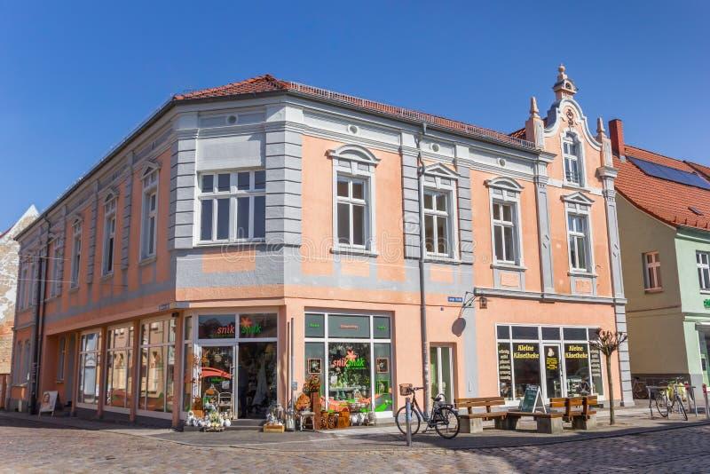 Красочный магазин на центральной рыночной площади Grimmen стоковые фотографии rf