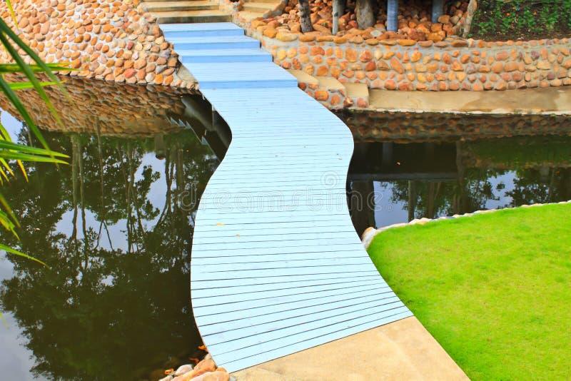 Download Красочный мост пути прогулки Стоковое Изображение - изображение насчитывающей тропа, трава: 33731789