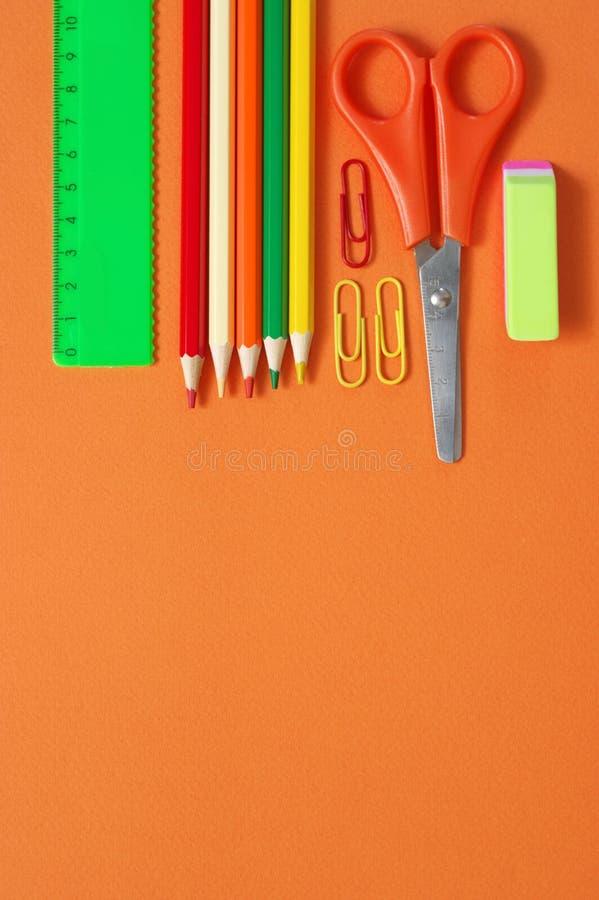 Красочный набор канцелярских принадлежностей на апельсине стоковое изображение rf