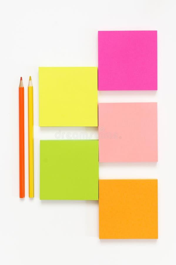 Красочный набор канцелярских принадлежностей на белизне стоковые фото