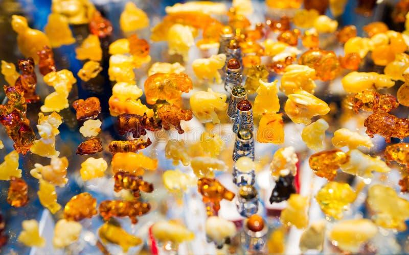 Красочный набор янтаря - собрание животных figurines - типичный сувенир от Гданьск, янтарные мастерские в улице Mariacka внутри стоковые изображения