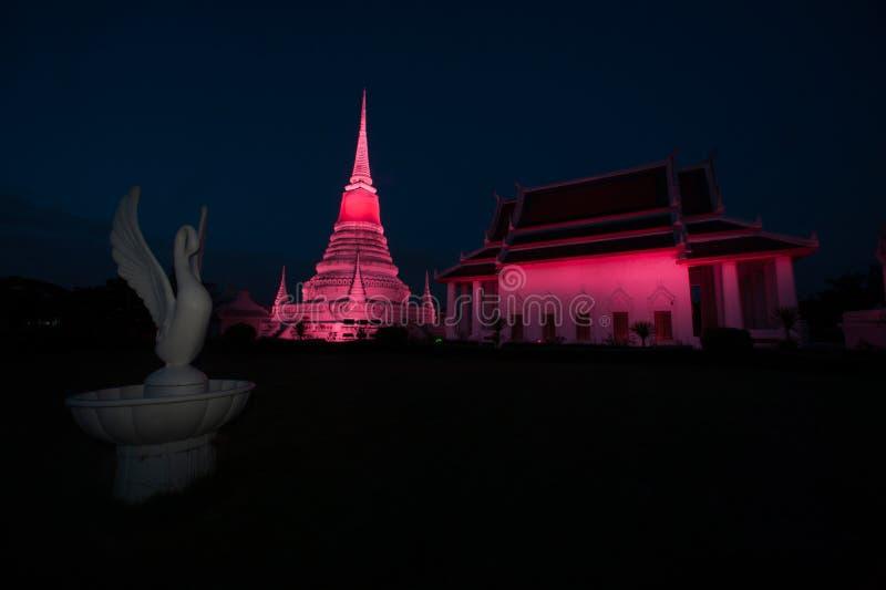 Красочный на сумерк пагоды Phra Samut Chedi в Таиланде стоковая фотография rf