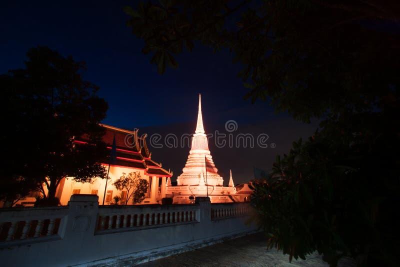 Красочный на сумерк пагоды Phra Samut Chedi в Таиланде стоковое изображение rf