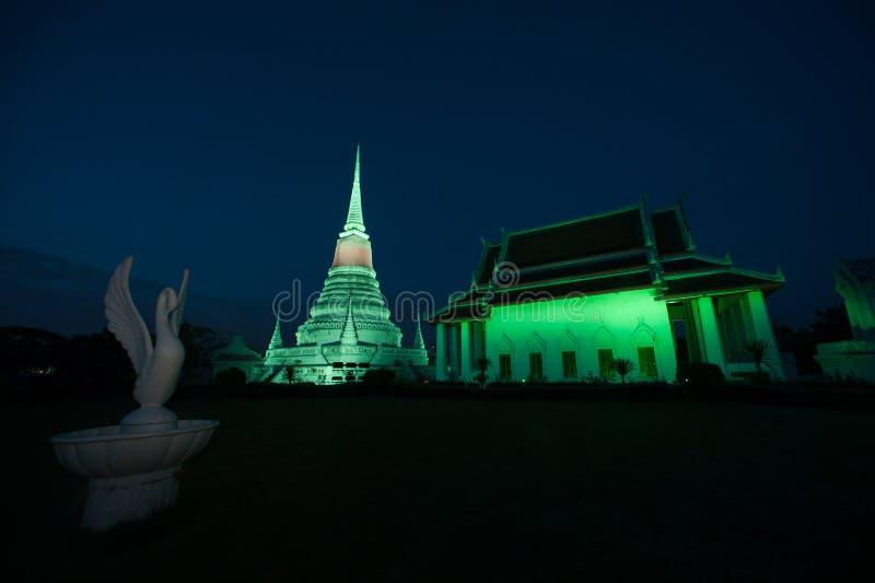 Красочный на сумерк пагоды Phra Samut Chedi в Таиланде стоковые изображения rf