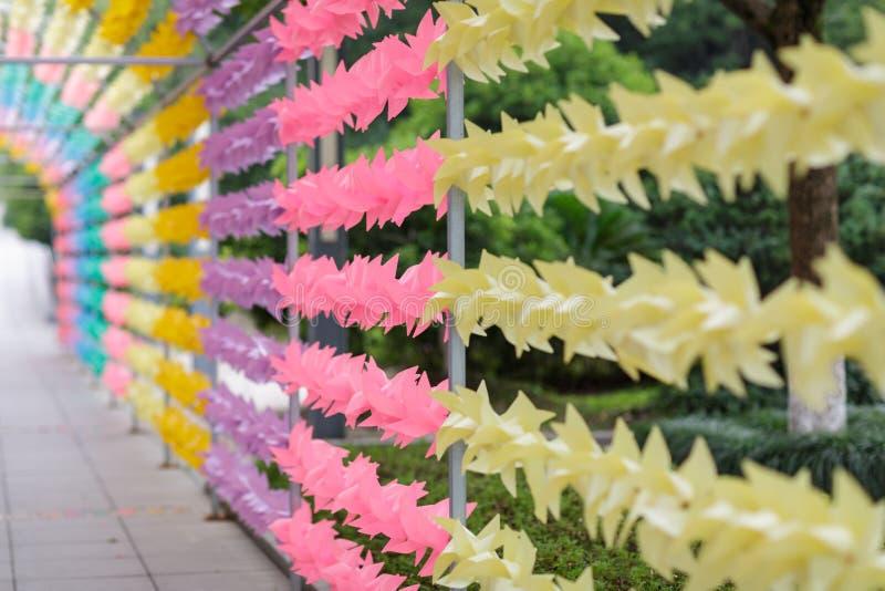 Красочный обмотайте вверх сезон лета игрушки ветреный Украшение в парке стоковое фото rf