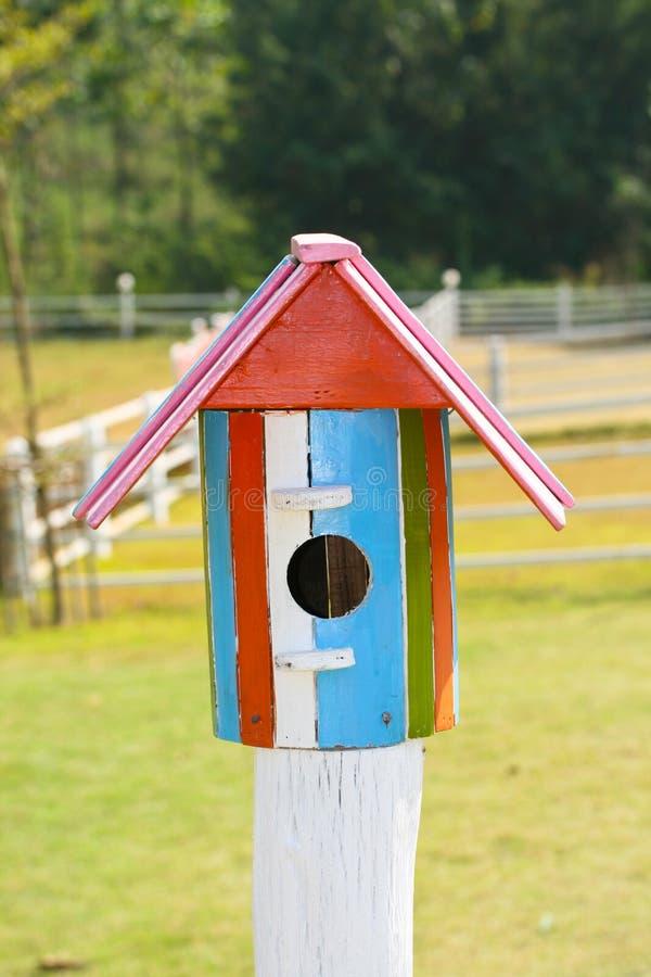 Красочный дом птицы в ферме стоковое фото